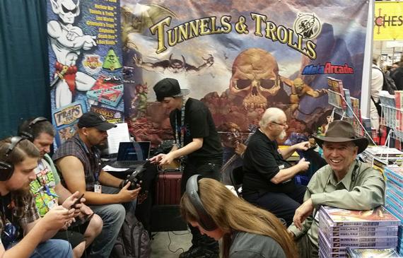 Ken Saint-André à la GenCon 2016 lors du test de la version mobile de T&T, à droite avec le chapeau. On aperçoit Rick Loomis derrière lui.
